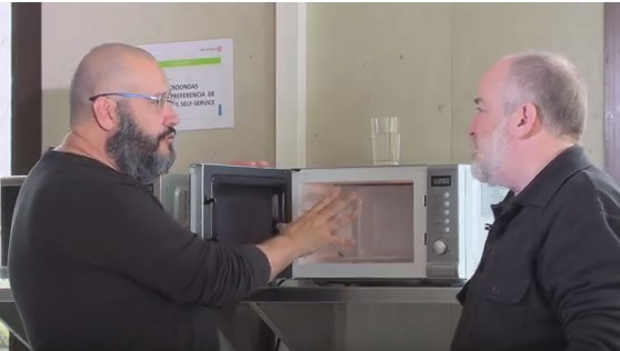 ¿Hay que esperar unos segundos antes de abrir el microondas?